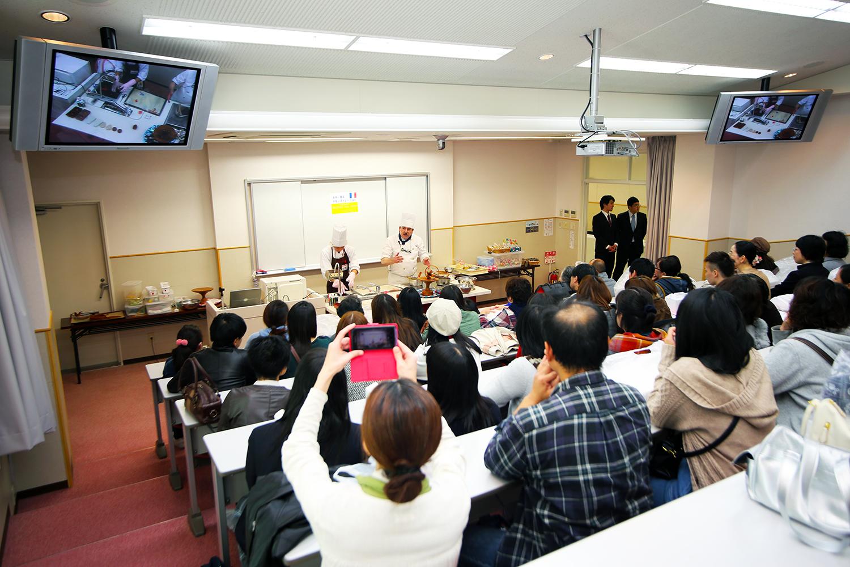 製菓校3Fデモンストレーション室 工芸菓子の講習会