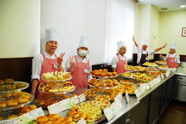 製菓校カフェ実習室 焼きたてパン販売