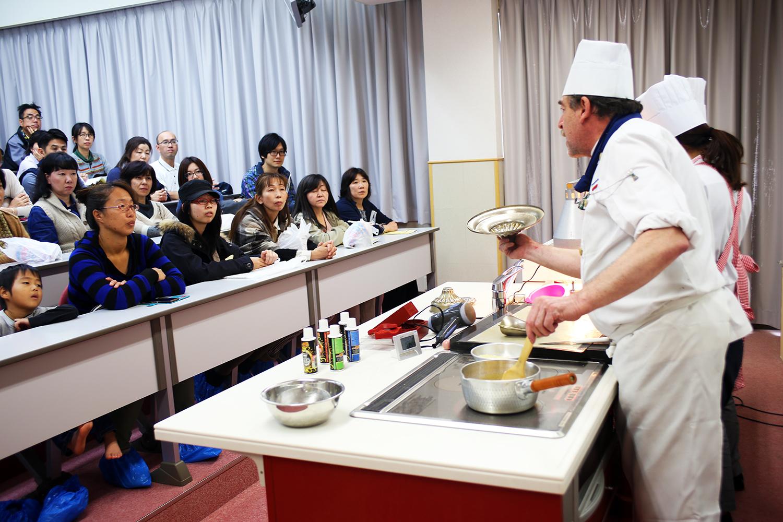 製菓校デモンストレーション室 工芸菓子の講習会