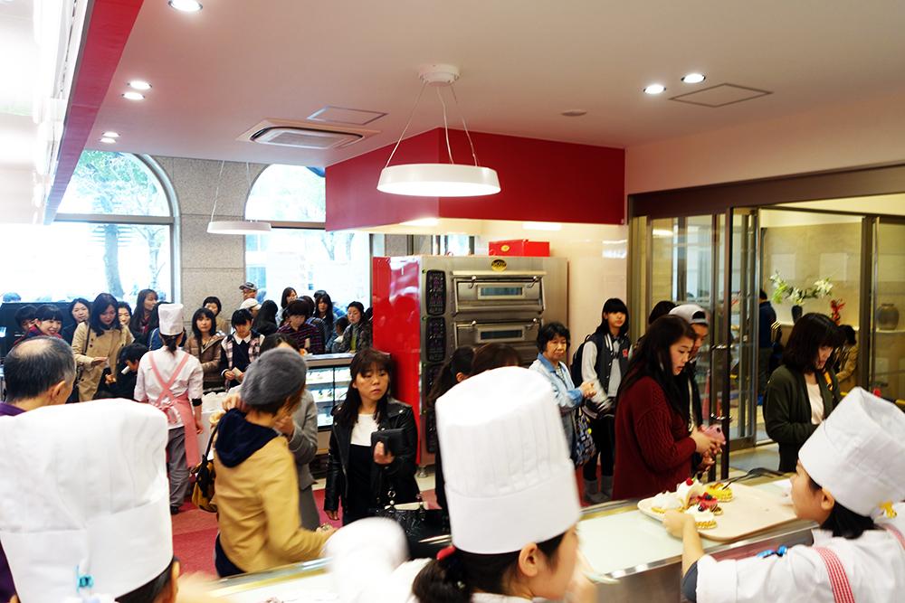 製菓校1Fケーキ販売