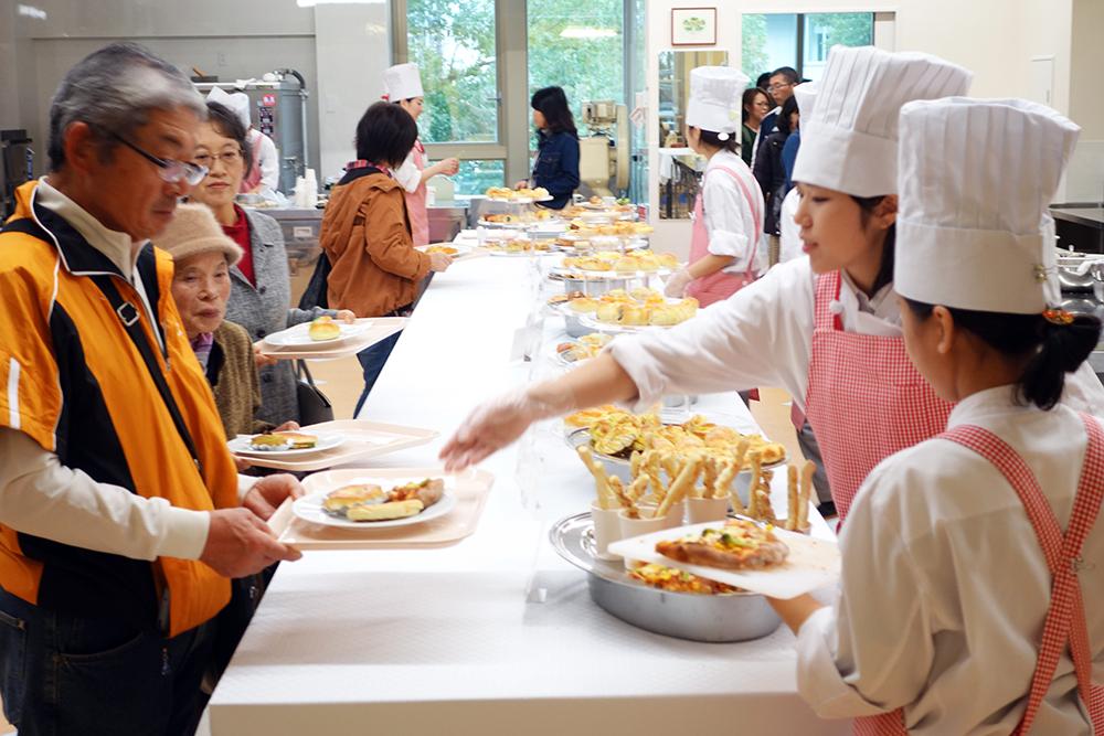 製菓校2Fカフェ実習室 焼きたてパン販売