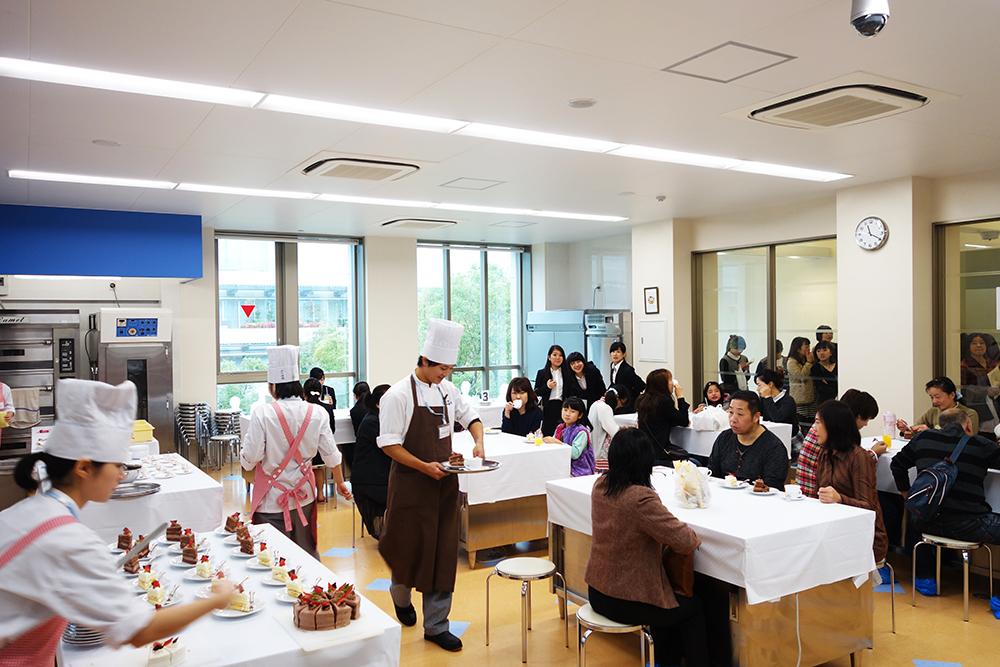 製菓校3Fカフェ実習室 ケーキセット販売