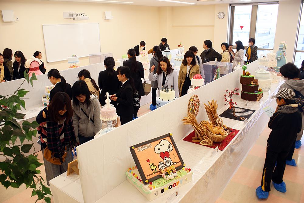 学生による工芸菓子の展示